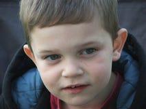 男孩接近的年轻人 免版税库存照片