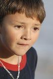 男孩接近看起来的哀伤  免版税库存图片