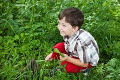 男孩提供的兔子在庭院里 免版税图库摄影