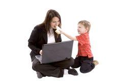 男孩提供的妈妈 免版税库存图片