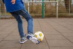 男孩插入的橄榄球 免版税库存照片