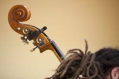 男孩播放一个低音提琴 免版税库存照片