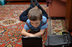 男孩播放飞机桌 免版税库存图片