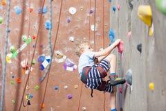 男孩攀岩 免版税图库摄影