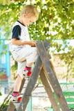 男孩收获一点伸手可及的距离 库存图片