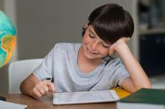 男孩数字式片剂使用 免版税库存图片