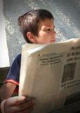 男孩新闻读取 免版税库存图片
