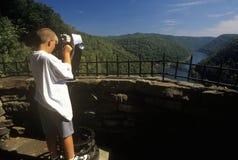 男孩旅游看在鹰巢国家公园在新的河的风景高速公路美国路线60, Ansted, WV俯视 库存照片