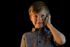 男孩是叫和谈话在他的手机 免版税库存图片