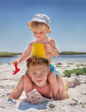 男孩是在海滩。 免版税库存照片