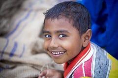 男孩是在玉米bhutta领域, Thakurgaon,孟加拉国的微笑的神色 库存图片