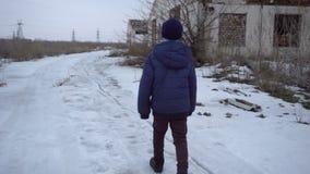 男孩是在被破坏的农场附近 影视素材