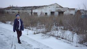 男孩是在被破坏的农场附近 股票录像
