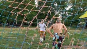 男孩是橄榄球训练的比赛  看法从目标网的后面 股票录像
