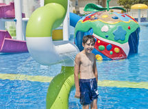 男孩是获得乐趣在水色公园 免版税图库摄影