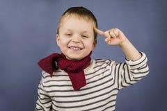 男孩显示一个手指 免版税库存图片