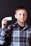 男孩显示充满谢意的一个看板卡 免版税库存图片