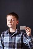 男孩显示充满谢意的一个看板卡 免版税图库摄影
