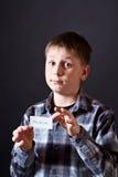 男孩显示充满谢意的一个看板卡 库存图片