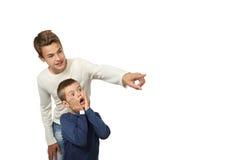男孩显示惊奇对他的弟弟的某事 库存照片