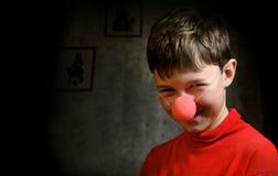 男孩暗室微笑 免版税图库摄影