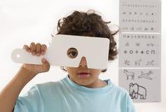 年轻男孩有视力测验 免版税库存照片