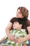 男孩有趣矮小的查找的妈妈某事 免版税库存照片