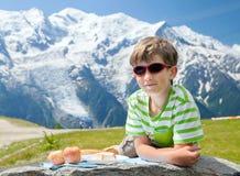 男孩有pic nic在山顶部 免版税库存照片