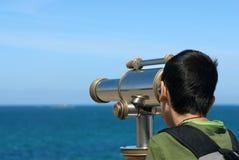 男孩望远镜 免版税库存图片