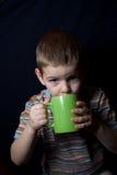 男孩杯子汁液 免版税库存照片