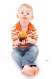 男孩杯形蛋糕 免版税库存图片