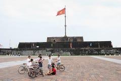 男孩标志前面颜色塔越南 免版税库存图片