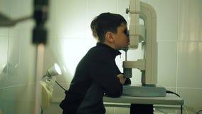 男孩检查在眼科学诊所-接近的眼睛视觉 股票录像