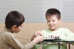 男孩棋使用 免版税库存照片