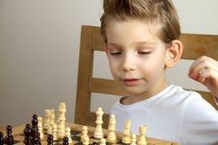 男孩棋使用 库存图片