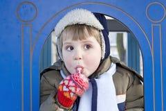 男孩棒棒糖 库存照片