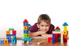 男孩楼层小的最近的玩具 库存图片