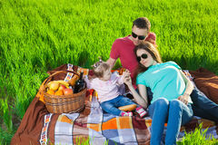 男孩正餐草食用少许草甸中午野餐薄饼二 图库摄影