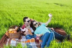 男孩正餐草食用少许草甸中午野餐薄饼二 库存照片