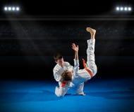 男孩武术战斗机在体育馆里 免版税图库摄影