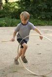 男孩比赛箍赛跑 免版税库存图片