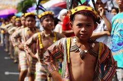 男孩民族服装的狂欢节舞蹈家在沿路的欢欣跳舞 图库摄影