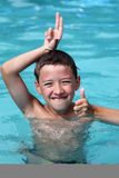 男孩池游泳 免版税库存照片