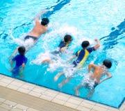 男孩池游泳 免版税库存图片