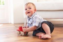 男孩汽车家庭使用的玩具木年轻人 免版税库存照片