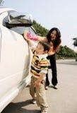 男孩汽车母亲洗涤物 免版税库存照片