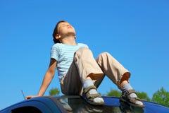 男孩汽车闭合的眼睛一点屋顶开会 库存照片