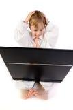 男孩沮丧的膝上型计算机 免版税库存照片