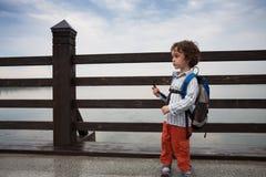男孩沿一座桥梁走在公园 库存照片