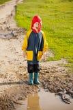 男孩泥泞的水坑 免版税库存图片